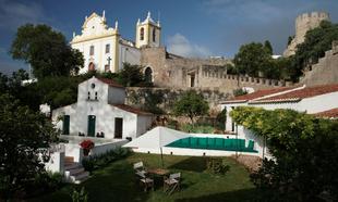 El jardín y la piscina del Hotel Casa de Santiago.