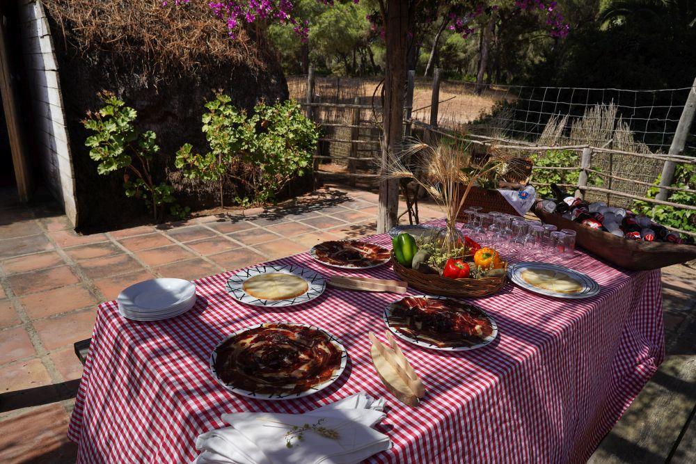 Quesos y jamón ibéricos propios de la zona de Doñana.