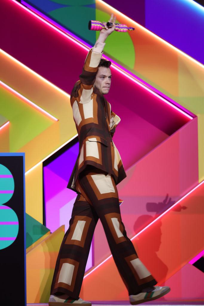Harry Styles en los Brit Awards con el traje de Gucci.