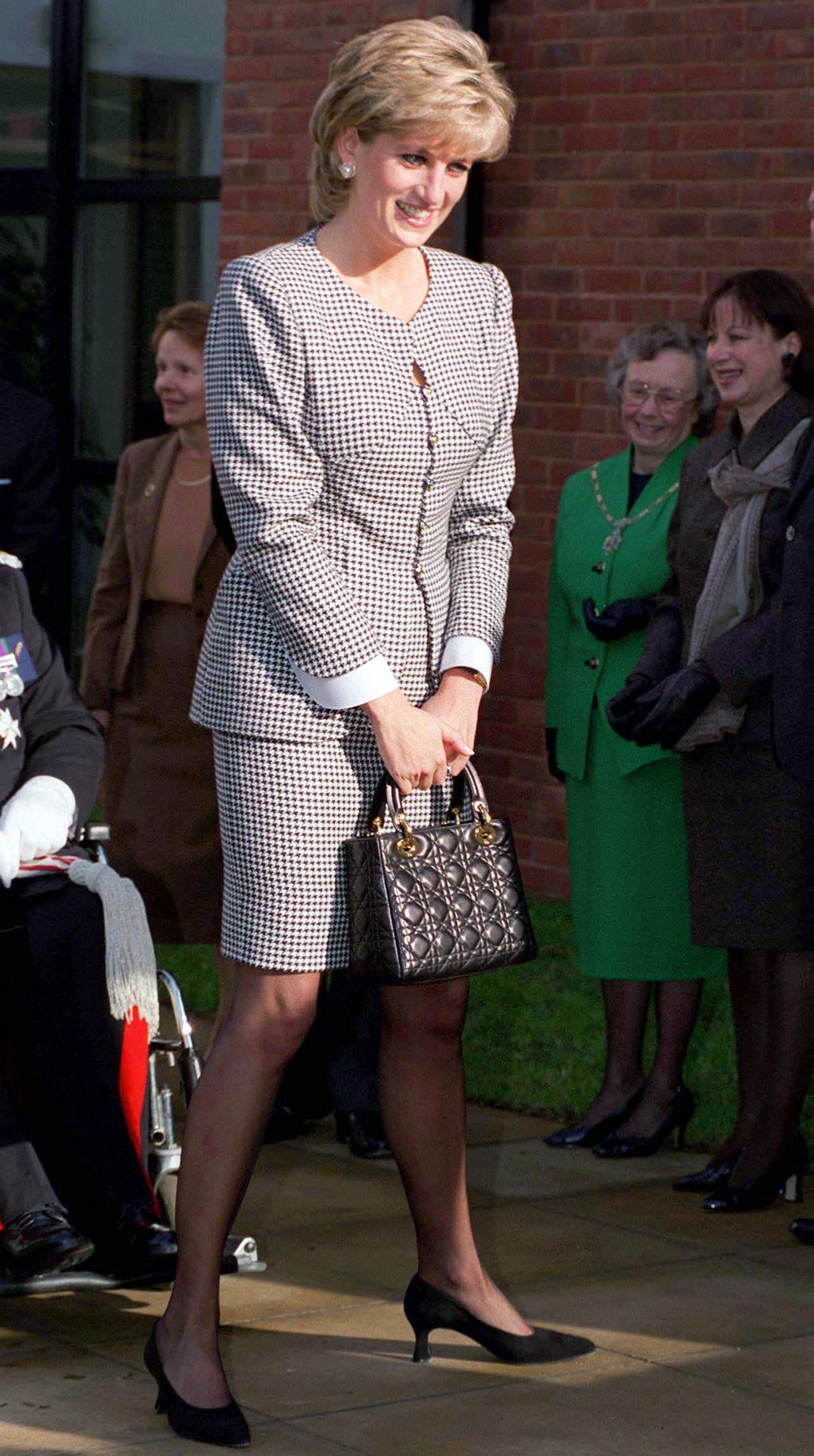 Lady Di la vez que estrenó el bolso que llevaría su nombre en octubre de 1995.