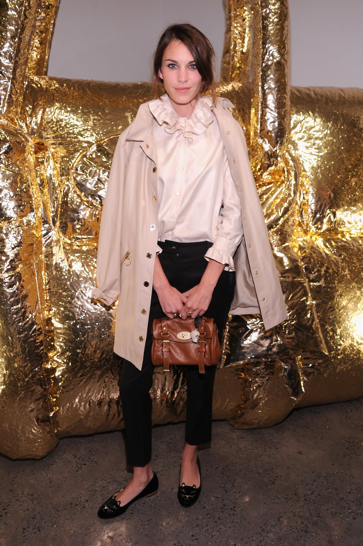 Alexa Chung con el bolso que lleva su nombre de la firma inglesa Mulberry.