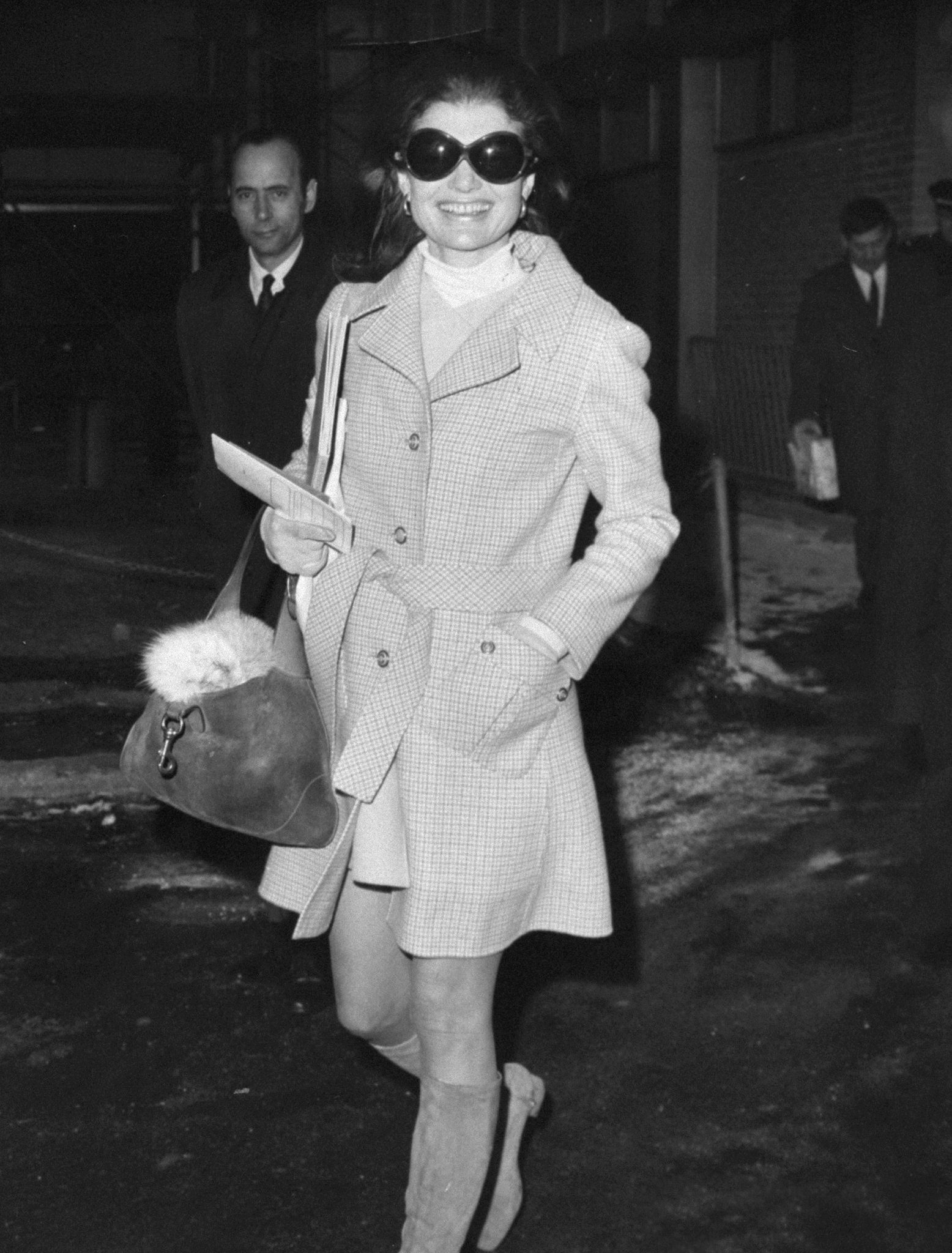 Jacqueline Kennedy Onassis en el aeropuerto JFK en 1970 con uno de sus bolsos de Gucci.