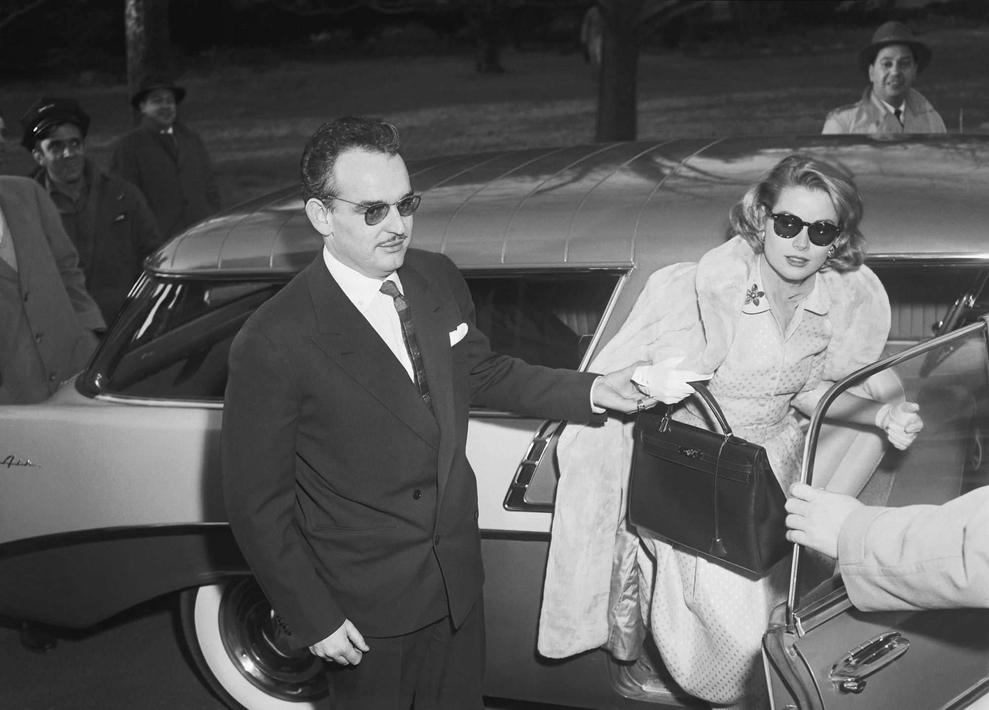 Grace Kelly con su entonces prometido, el príncipe Rainero, y su bolso de Hermès.