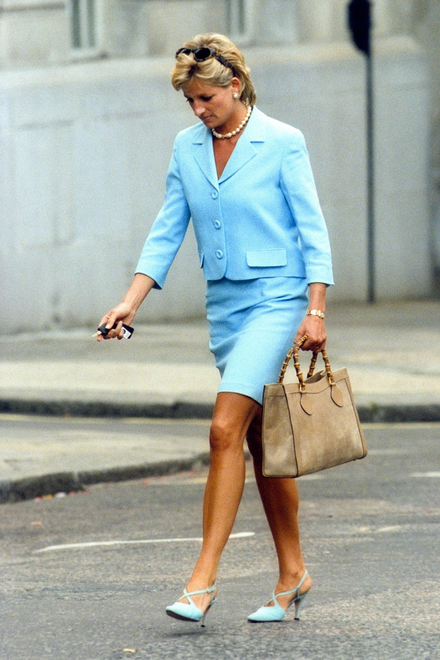 La princesa Diana de Gales con el bolso de Gucci que usó sin parar en los años 90 y fue rebautizado con su nombre.