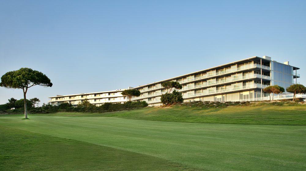 El hotel The Oitavos está situado en el parque natural de Sintra-Cascais, en la zona conocida como Quinta da Marinha.