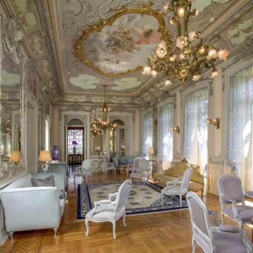 El salón Luis XV, en estilo rocaille, concebida por el atelier Jansen de París.