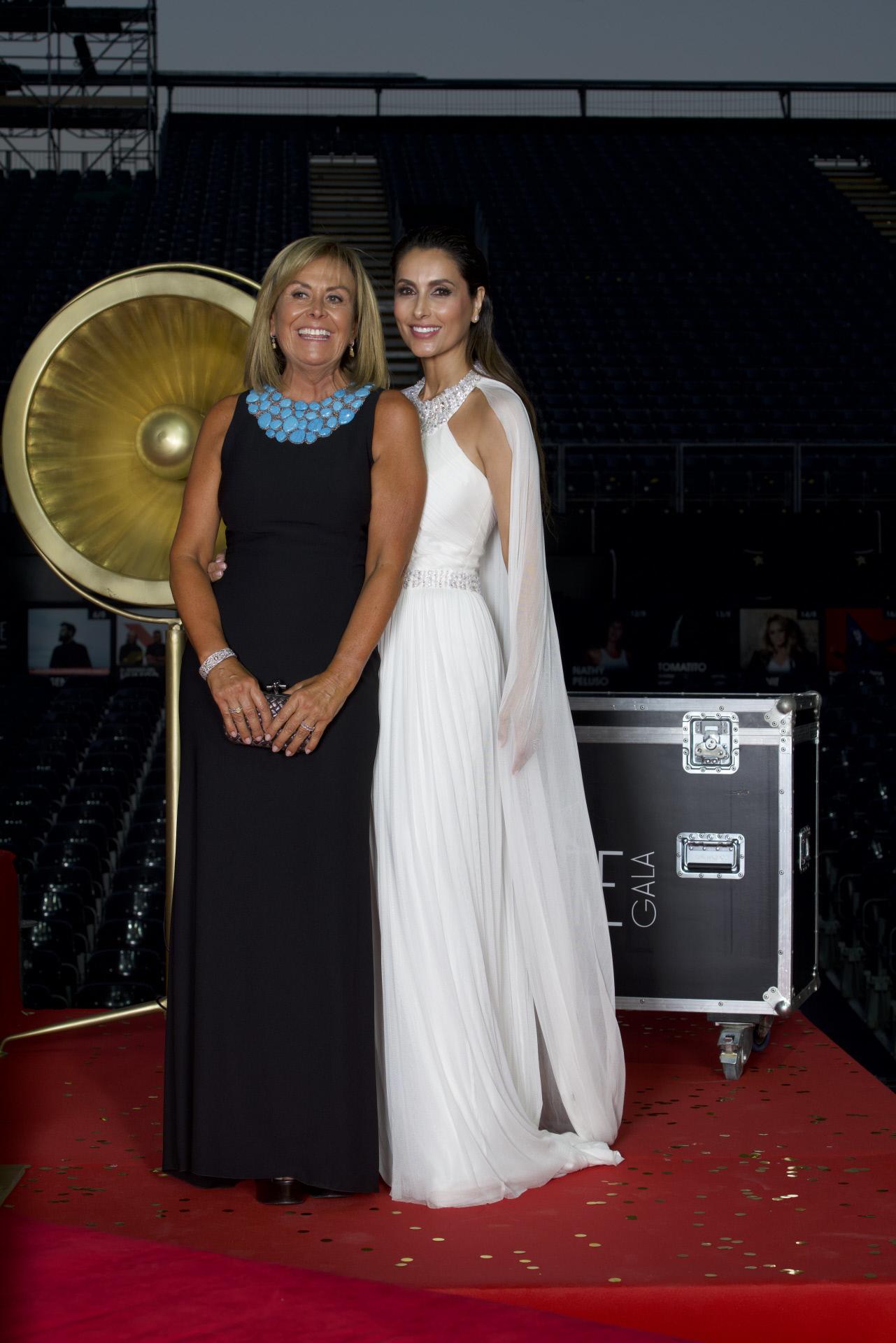 Paloma Cuevas junto a la diseñadora Rosa Clará, autora de su vestido.