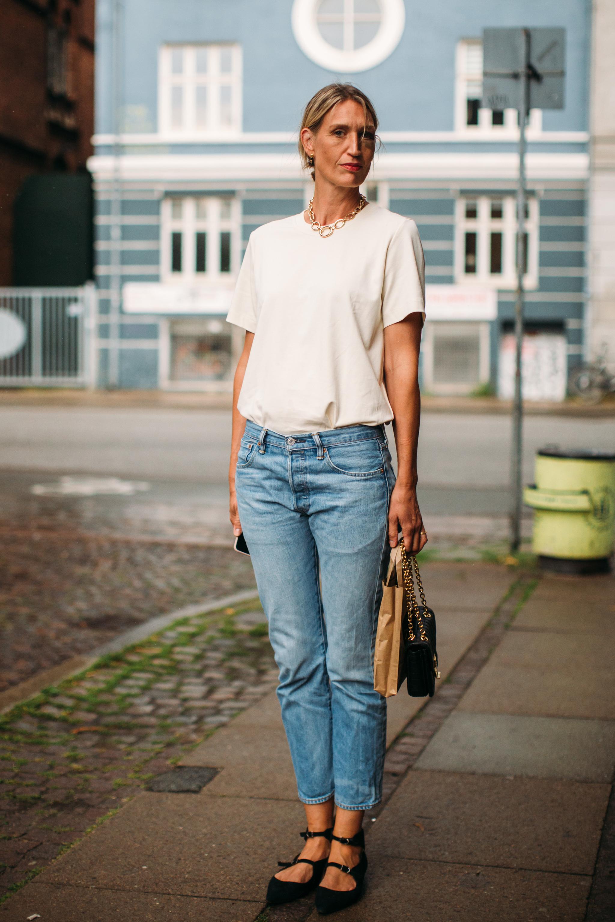T shirt blanca y jeans azul lavado.