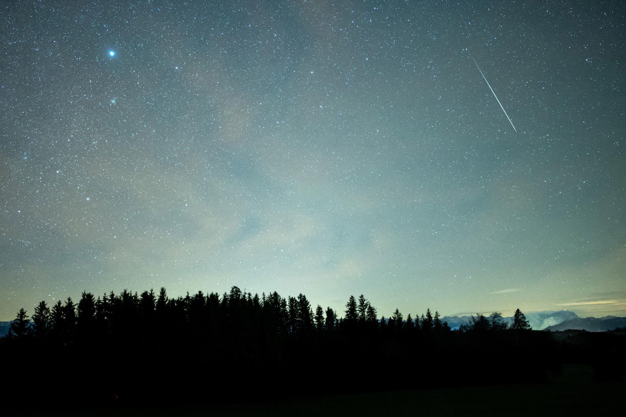 Un consejo de la Nasa: permite que tus ojos se ajusten a la oscuridad (toma unos 30 minutos), de esa manera verás más meteoros. Además, trata de mantenerte alejado del teléfono ya que mirar dispositivos con pantallas brillantes afectará negativamente tu visión nocturna y, en consecuencia, ¡reducirá el número de meteoros que ves!