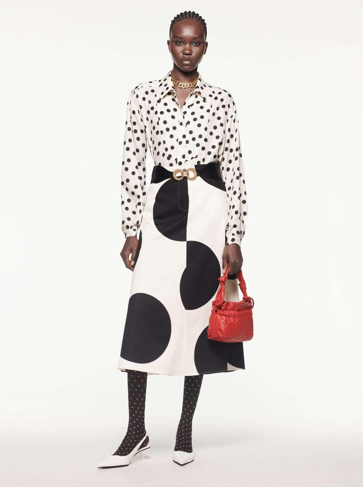 Camisa y falda de lunares, de Zara.