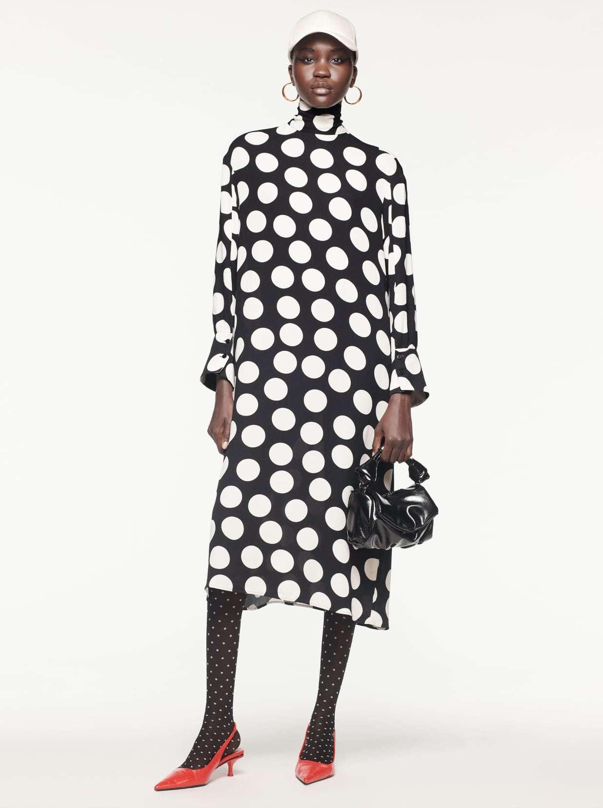 Vestido midi de lunares, de Zara.