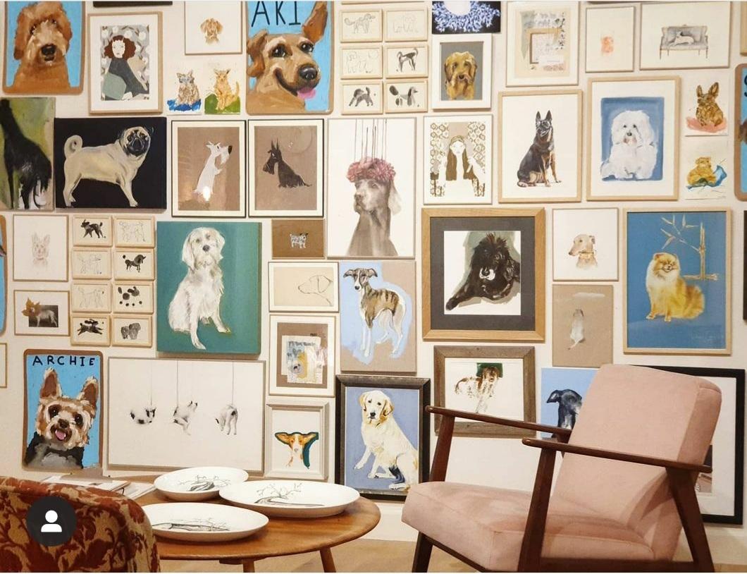 La galería Échale Guindas cuenta con una sala de exposiciones, un art shop y un Gabinete donde organizan exposiciones y ponen a la venta obras originales de sus artistas favoritos nacionales e internacionales. Un espacio para la creación y la experimentación en el que caben todas las técnicas y formatos.