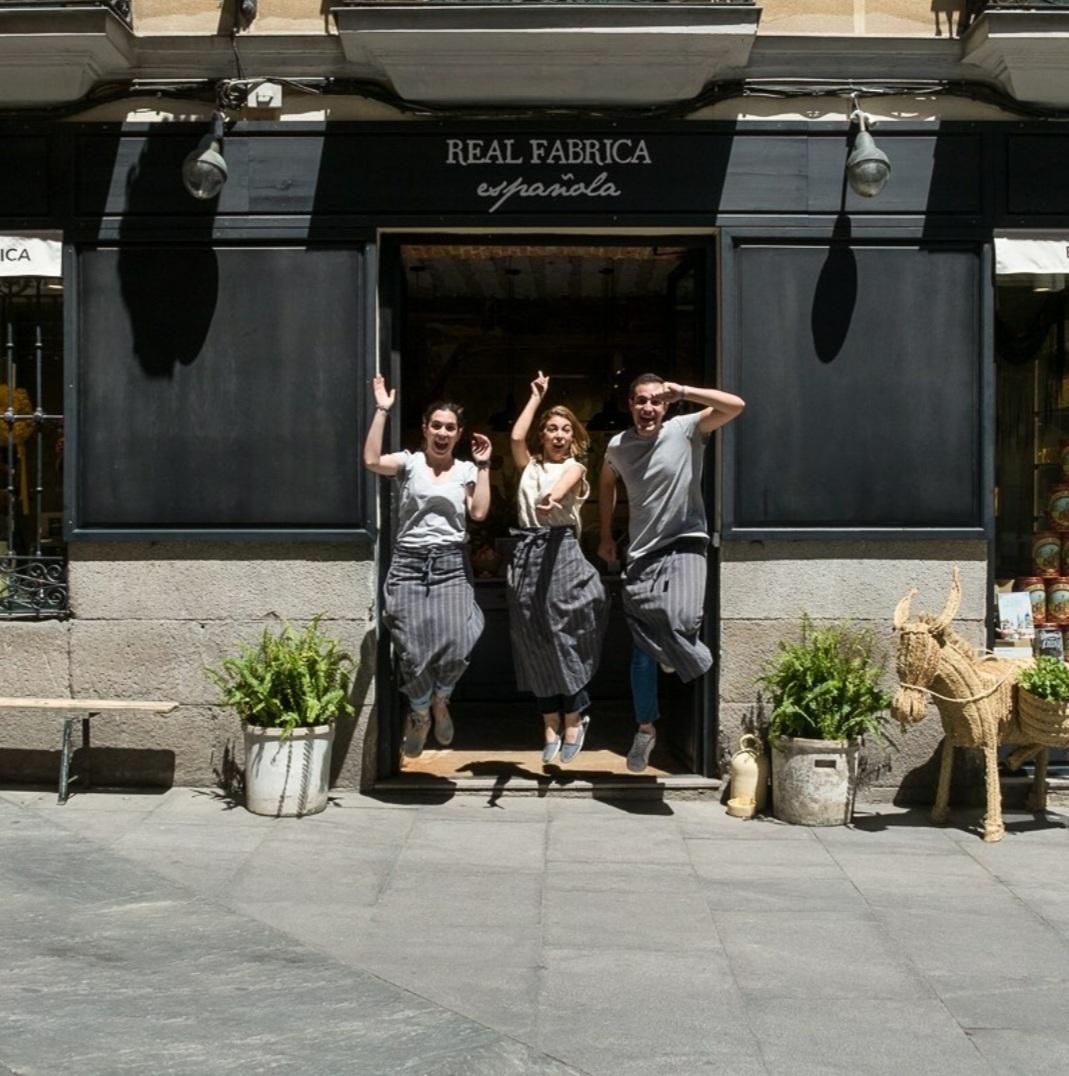 Frente a la fachada de Real Fábrica en la calle Cervantes 9 de Madrid.
