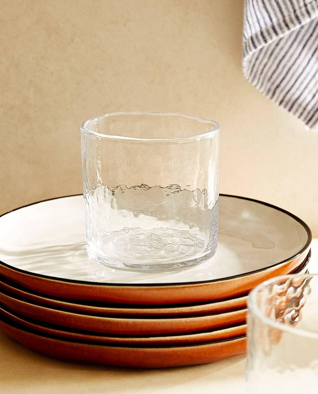 Vaso martilleado con diseño orgánico. Zara Home (3,99 euros).