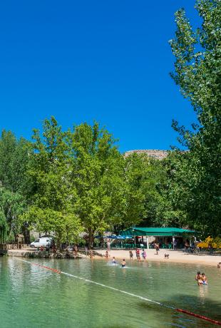 El río Júcar forma esta playa a su paso por Alcalá del Júcar...