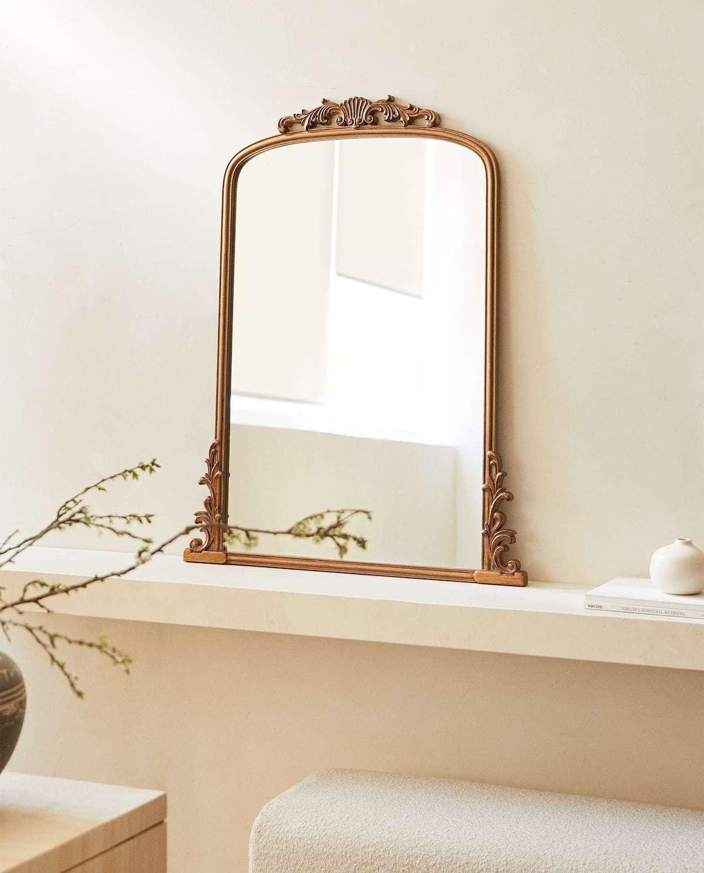 Utiliza el orden y la complicidad de los espejos para ampliar los espacios. Una máxima japonesa que hace que sus minúsculas cocinas parezcan amplias. Este espejo de madera con ornamentos a medio camino entre lo nuevo y lo viejo también es un buen aliado. Zara Home (99,99 euros).