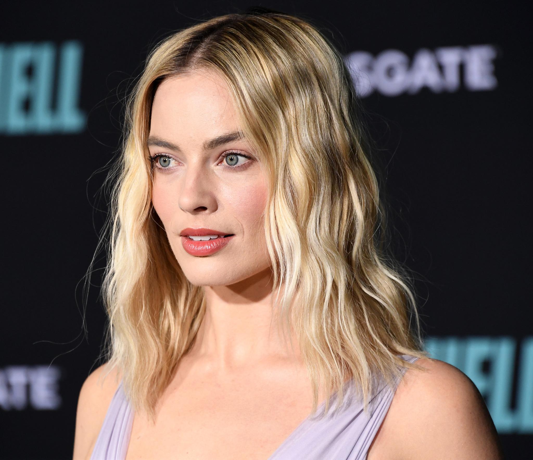 Margot Robbie declina las mechas californianas de mil maneras pero nos encanta el efecto degradado y raíz de su melena rubia.