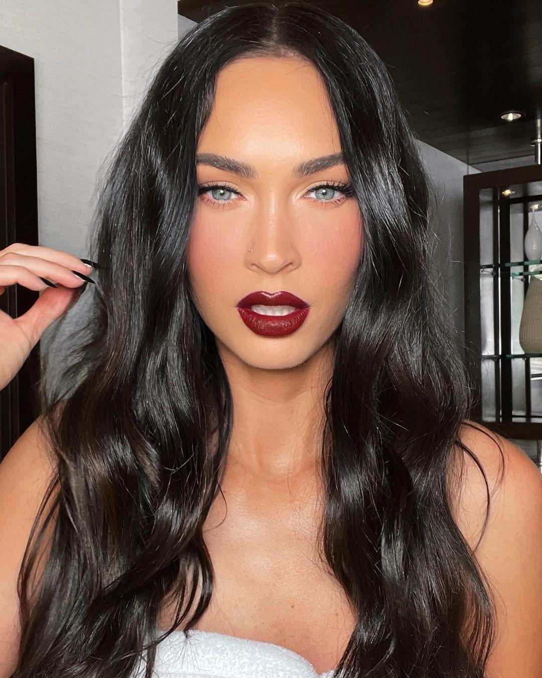 Megan Fox luciendo unos labios cereza de tendencia de la mano de Patrick Ta.