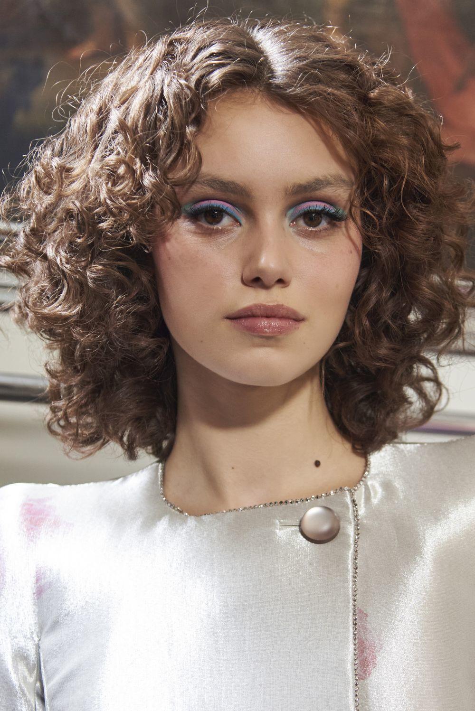 La mirada en azul con un guiño al eyeliner azul en el párpado móvil con máscara de pestañas de Armani Privé.