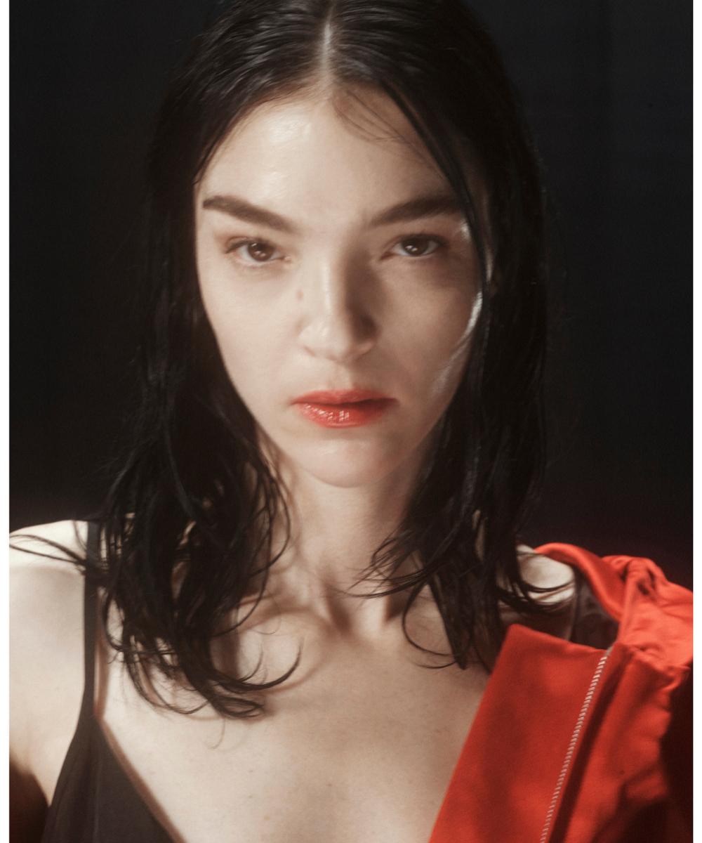 Mariacarla Boscono con unos labios efecto mordido en rojo brillante casi coral en el desfile de Dries Van Noten.