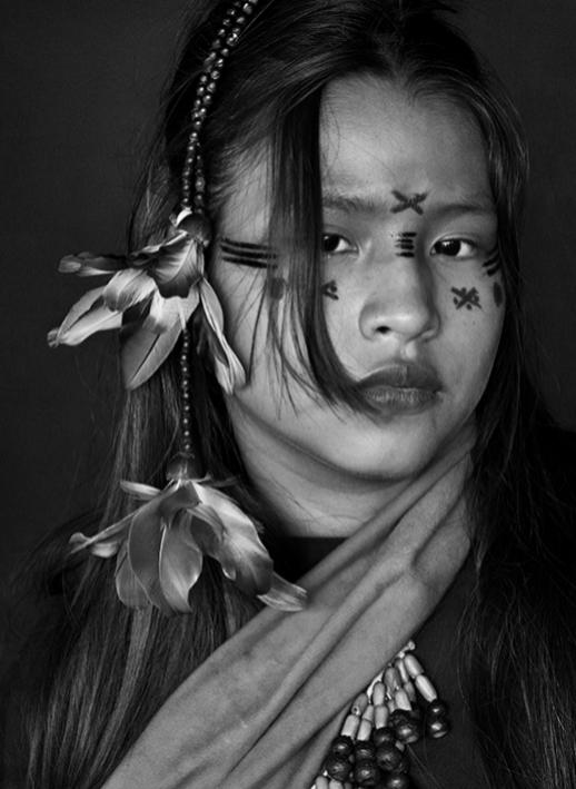 Yara Asháninka, la hija mayor de Wewito Piyáko y Auzelini. Las pinturas de su rostro indican que aún no está prometida. Río Amônia. Estado de Acre, 2016.