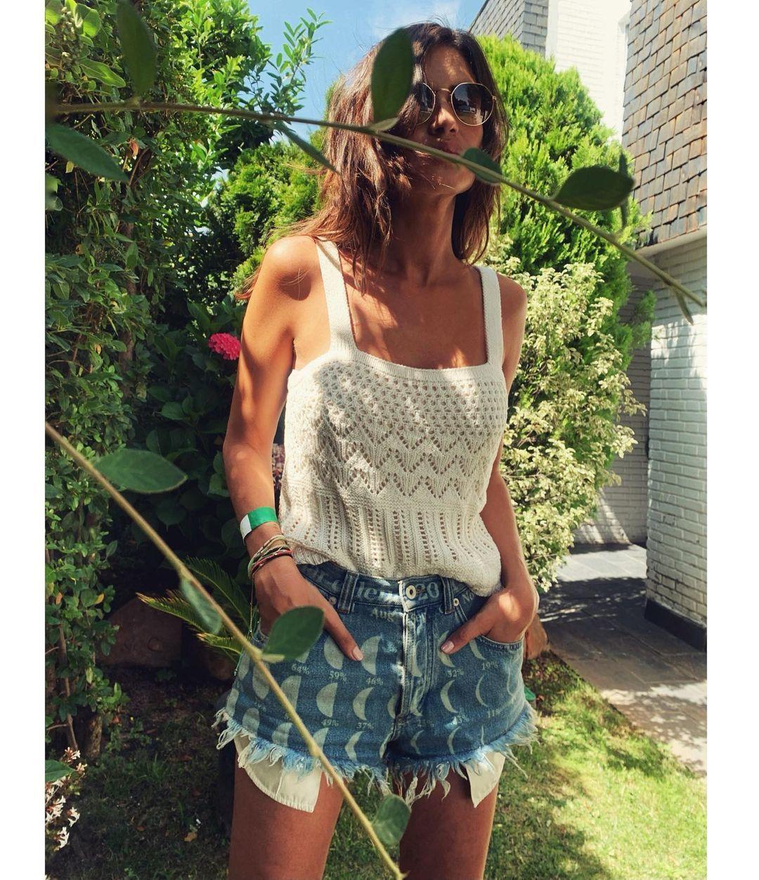 Top crochet y shorts de Loewe son el nuevo uniforme de verano de Sara Carbonero