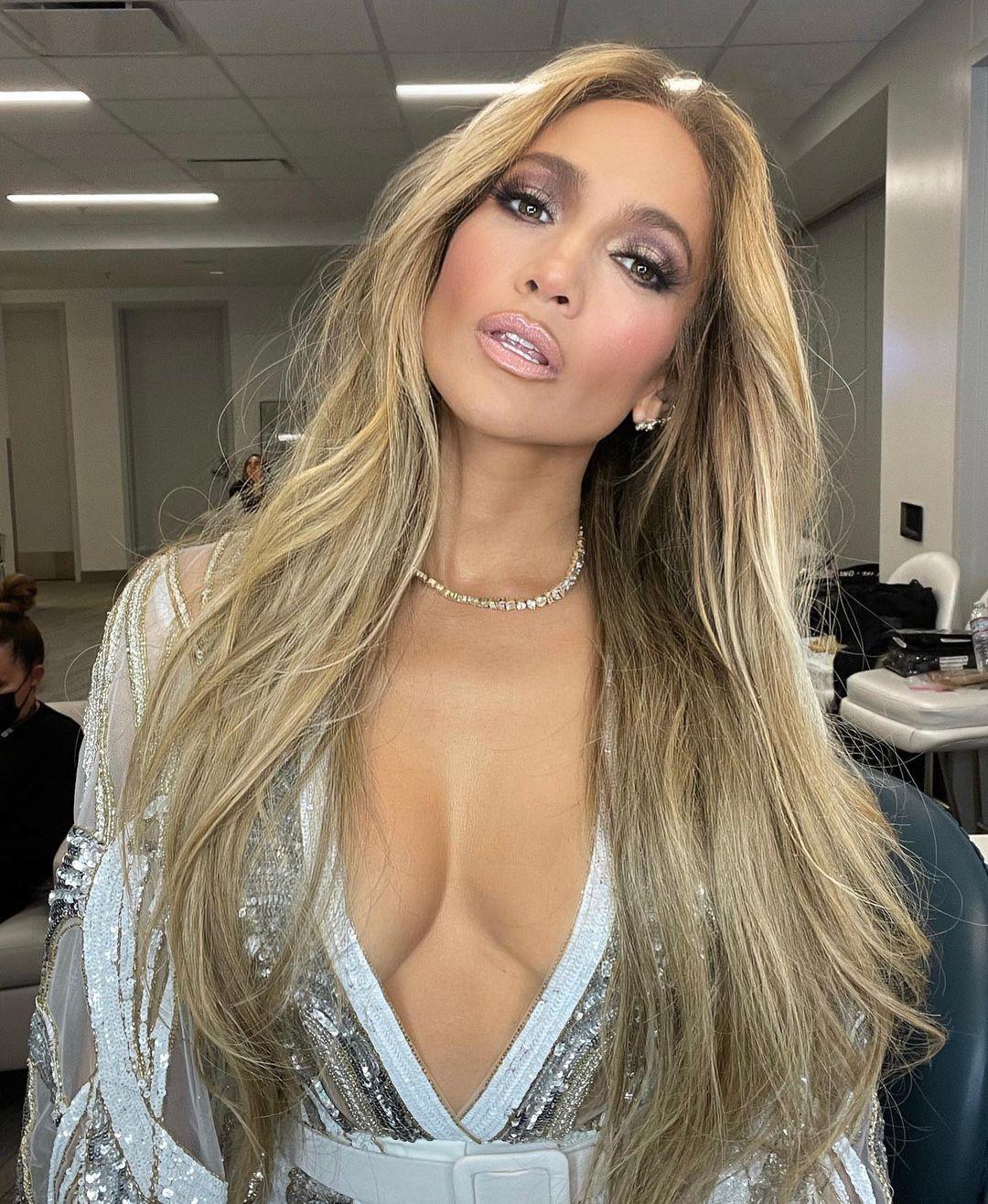 Jennifer Lopez con un pelo rubio arena espectacular con melena XL a golpe de extensiones.