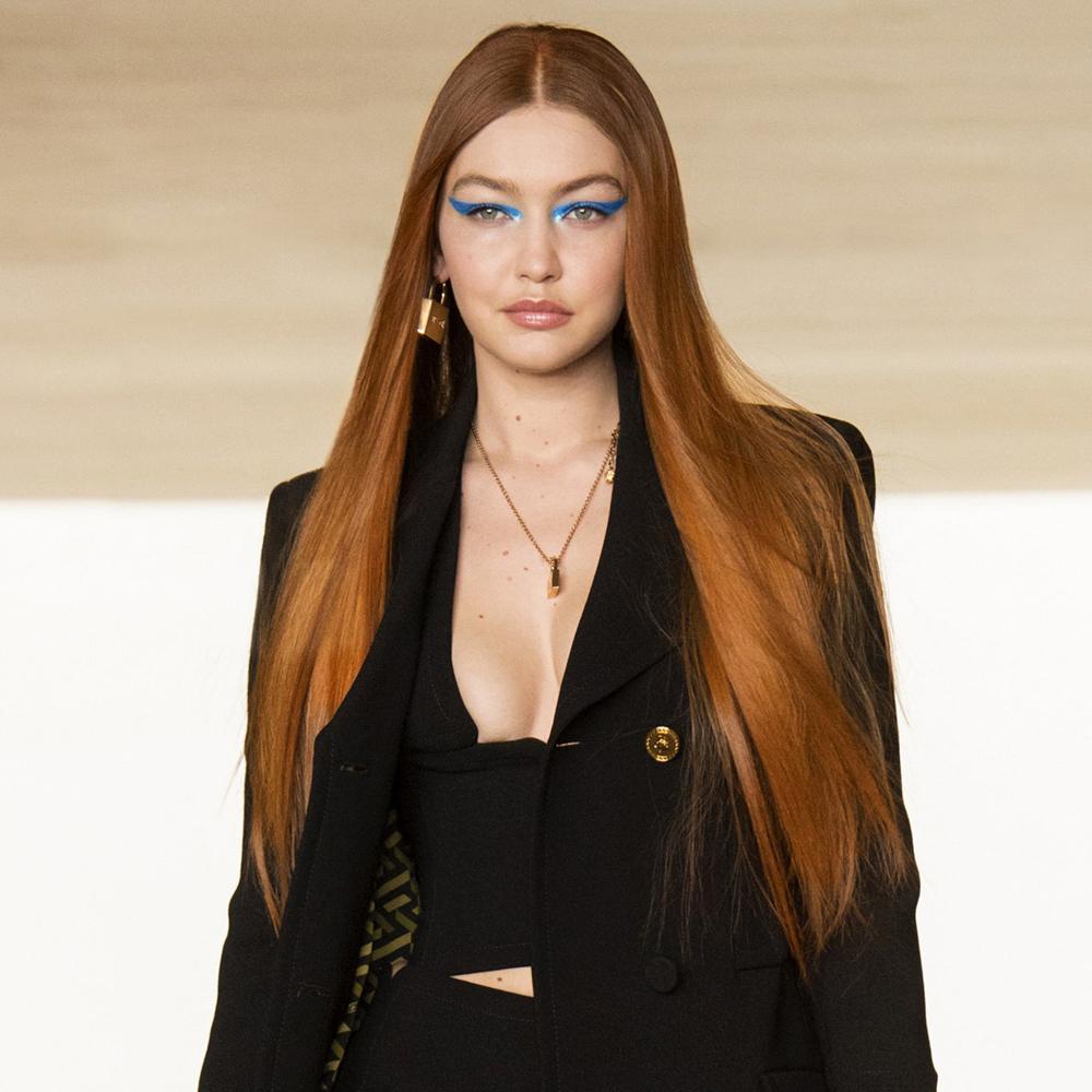 El pelo cobrizo vuelve con fuerza para dar calidez a las melenas el nuevo curso y nos encanta cómo lo luce Gigi Hadid en el desfile de Versace.