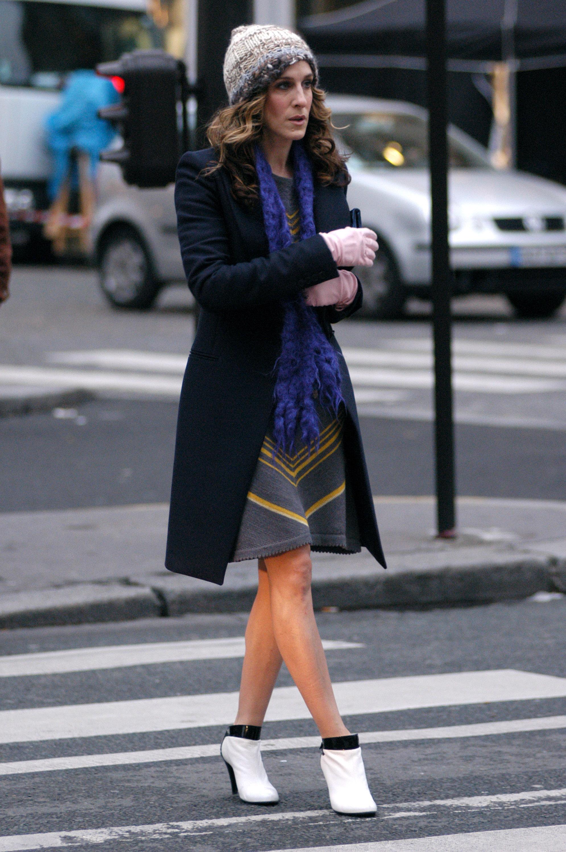 Sarah Jessica Parker rodando Sexo en Nueva York en las calles de París, en 2004, con unos botines de Chanel.