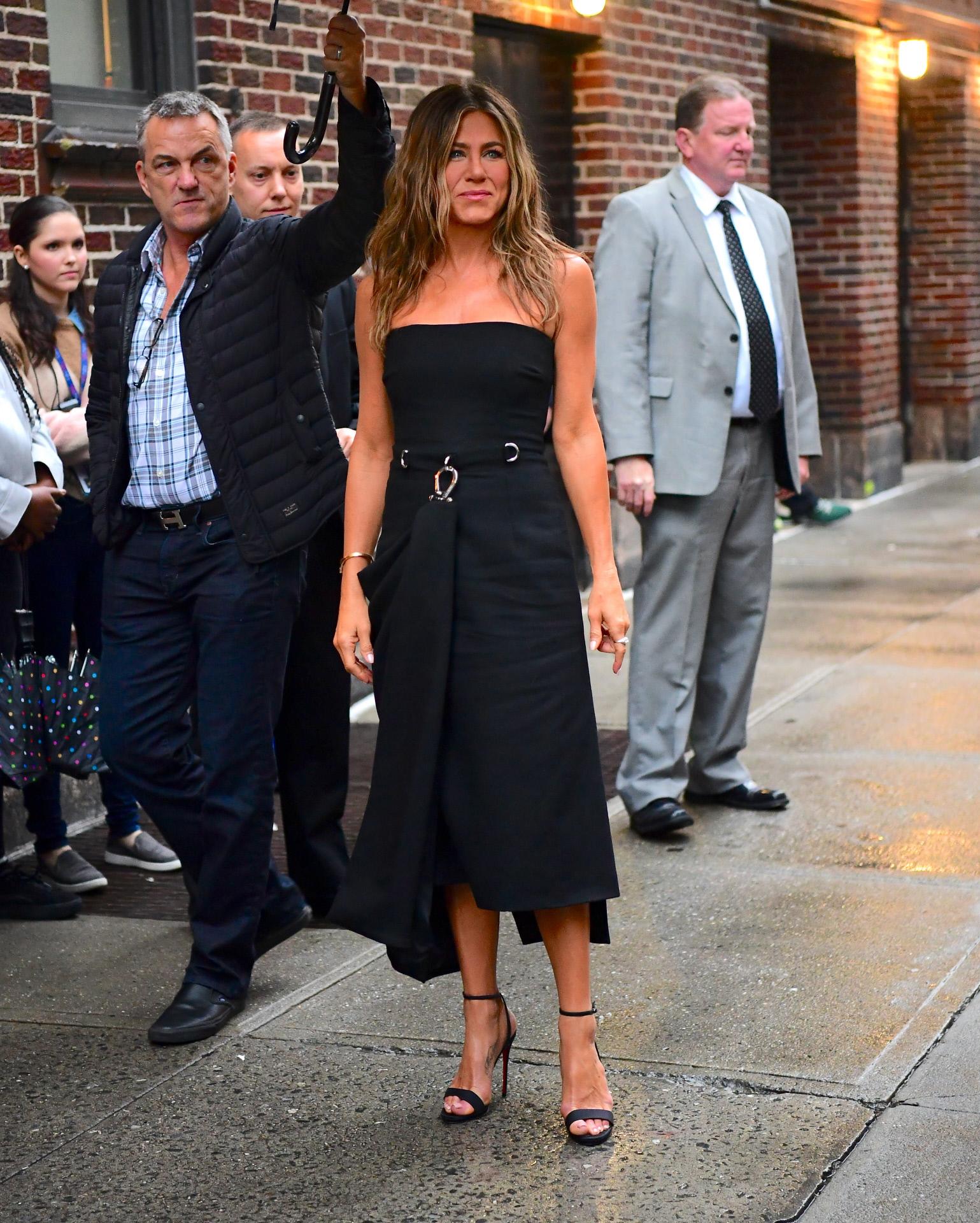 Vestido negro y melena playera, ¿acaso hay una mejor combinación?