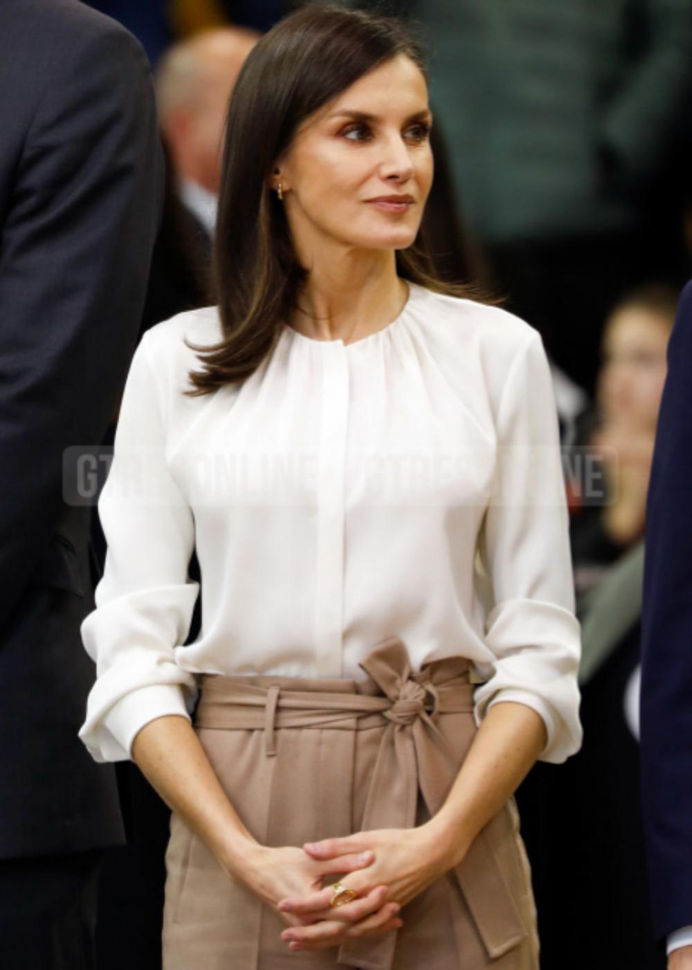 La reina Letizia lleva años luciendo anillos pero sus uñas sin pintar y muy cortas.