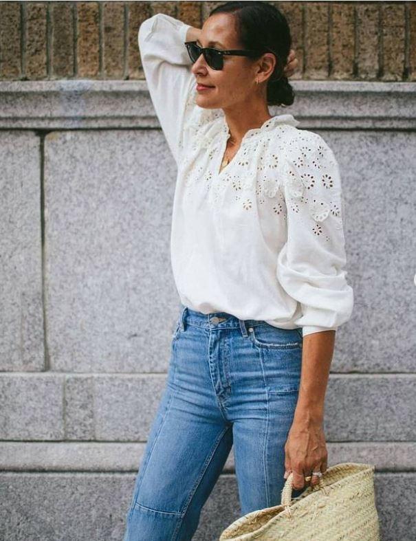 Una blusa romántica blanca, con bordados es el acompañamiento perfecto a tus fieles vaqueros.