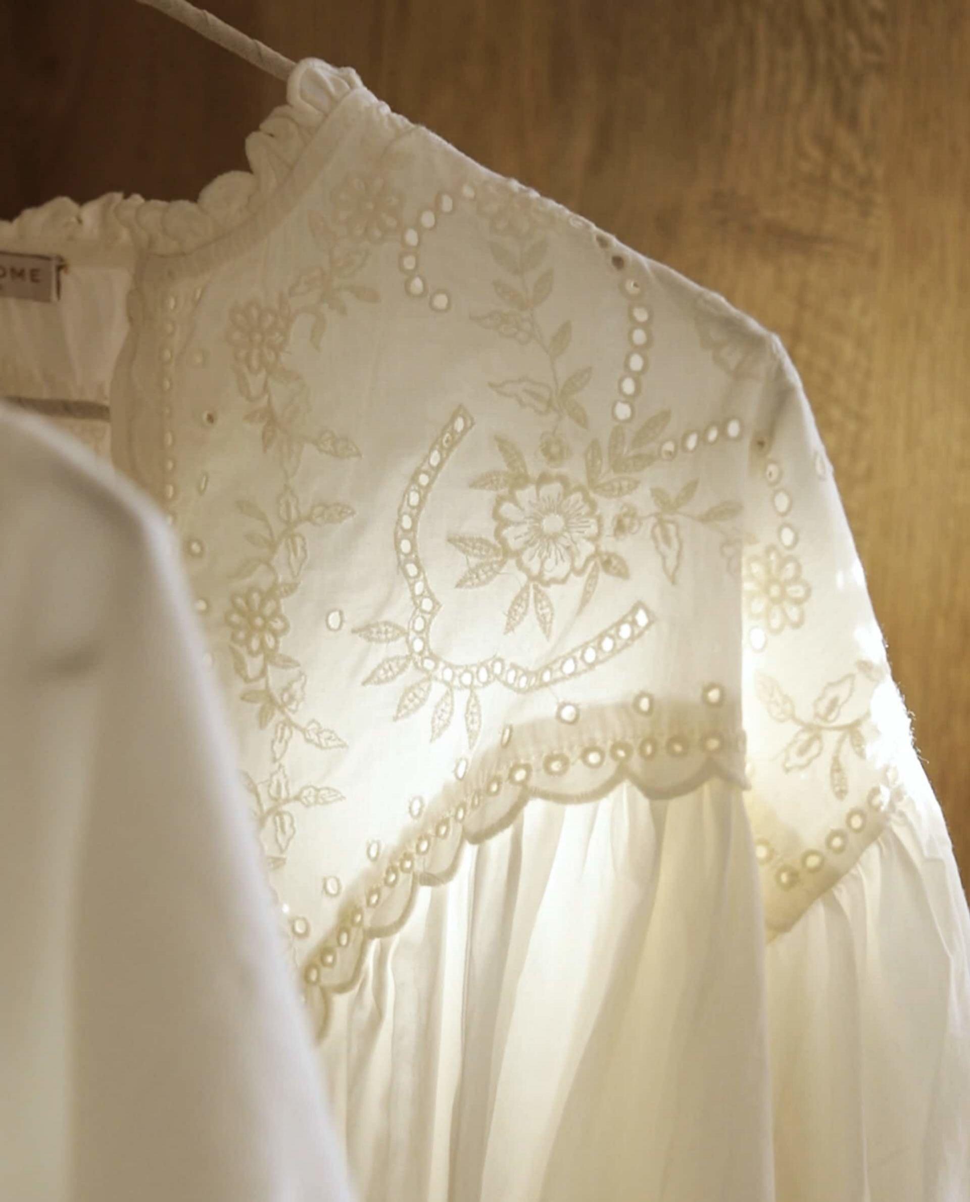 Detalle del bordado de la blusa blanca de Zara Home.