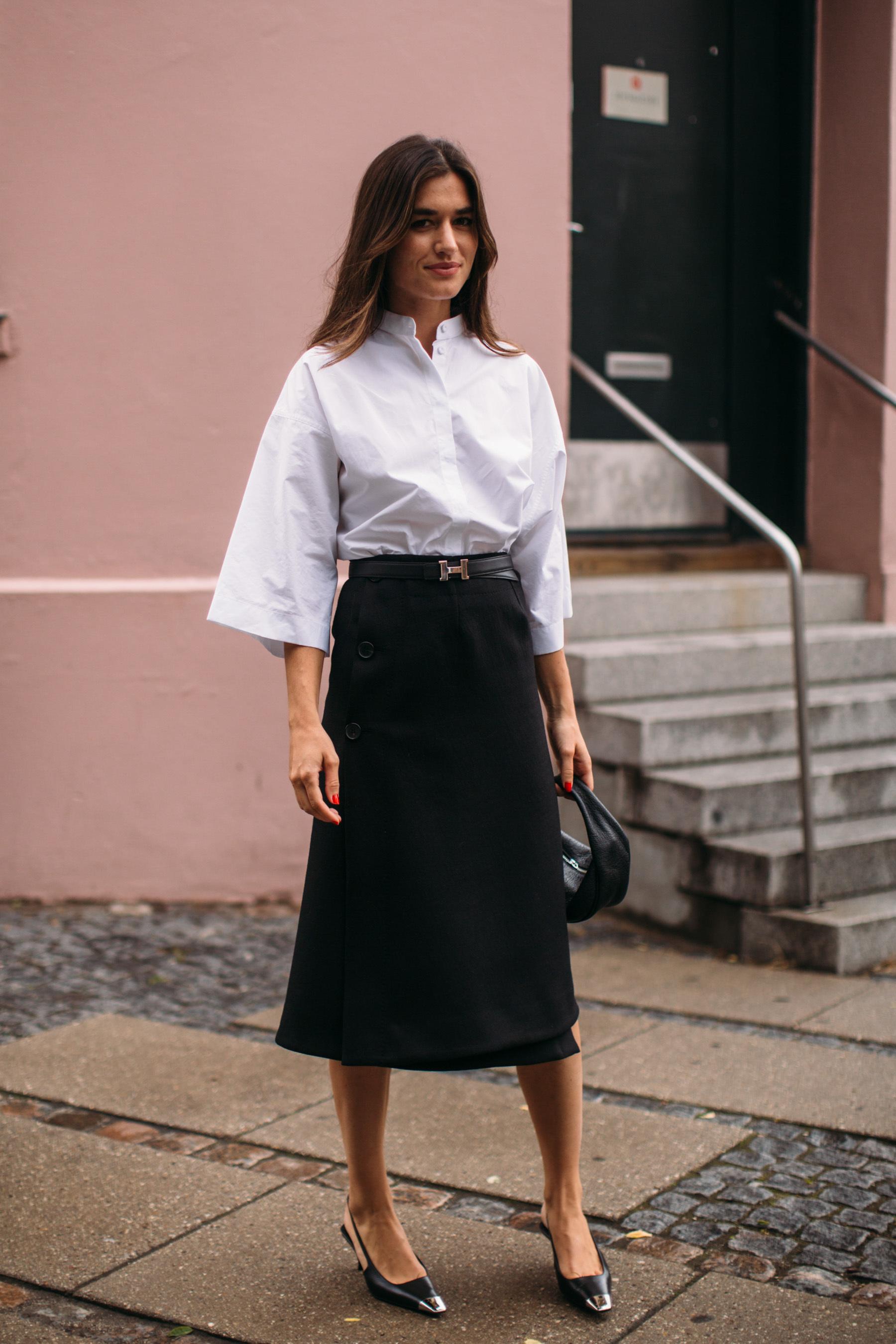 Camisa blanca y falda evasé negra.