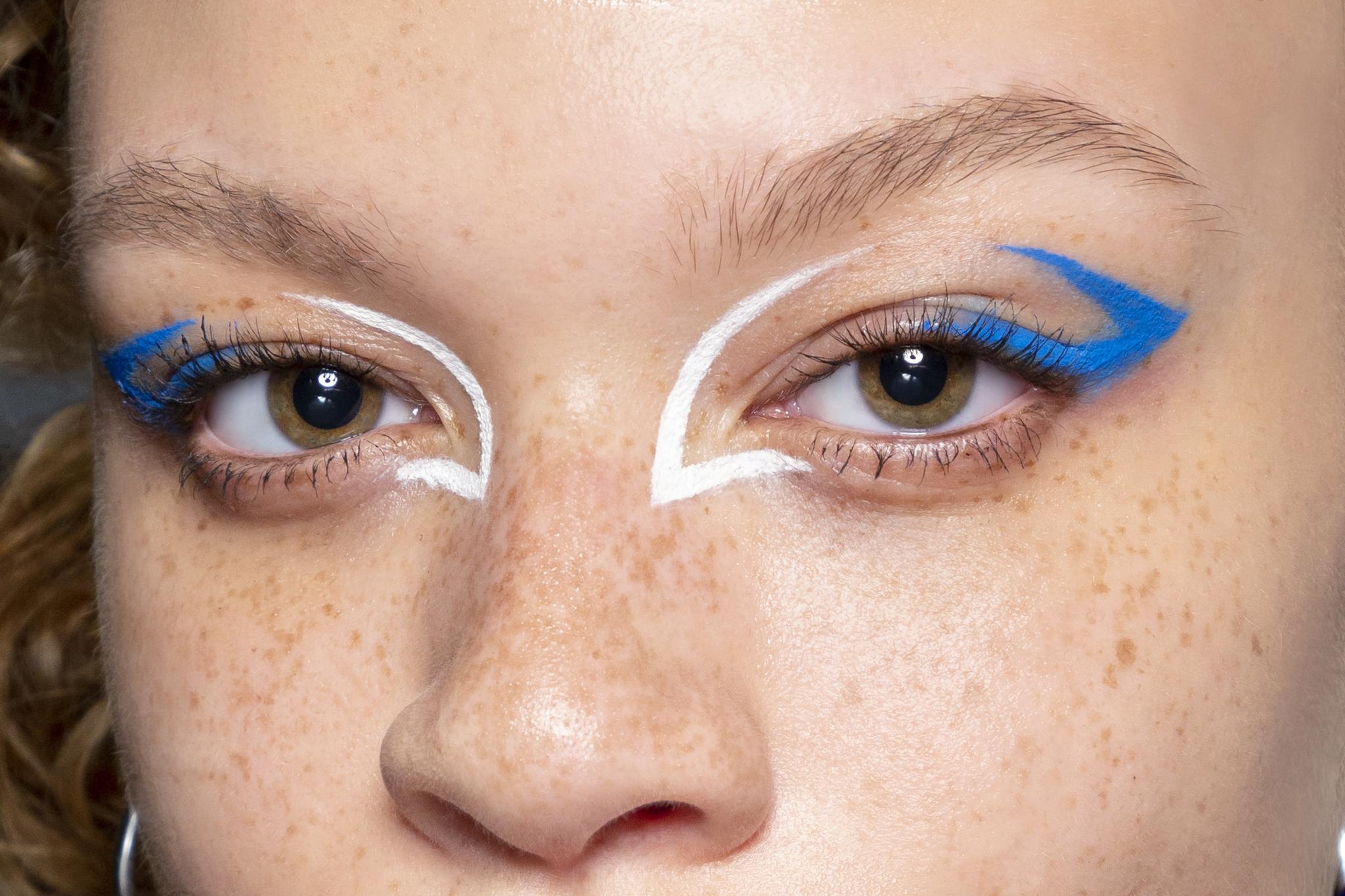 El eyeliner azul es tendencia y seguirá siéndolo en otoño-invierno.