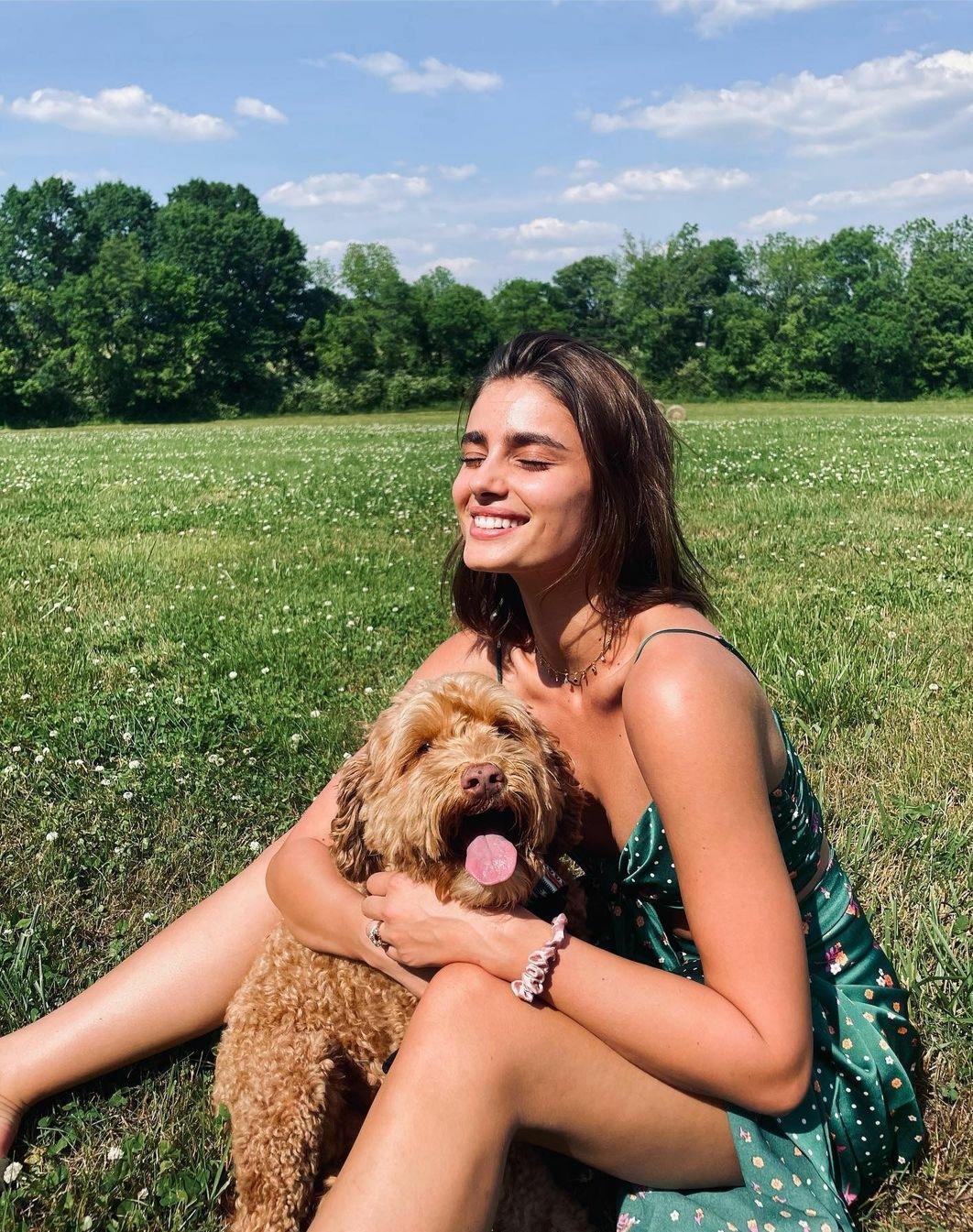 Taylor Hill y su perro son inseparables.