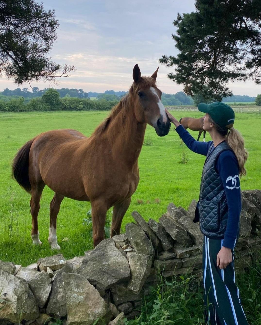 La influencer Amanda Brooks tiene miles de animales en su granja en Inglaterra. Cuidarlos es un placer para ella.