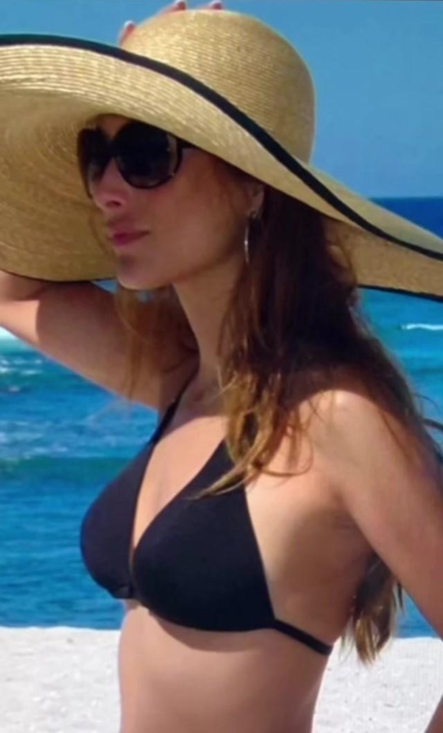 Paloma Cuevas con bikini negro y pamela.