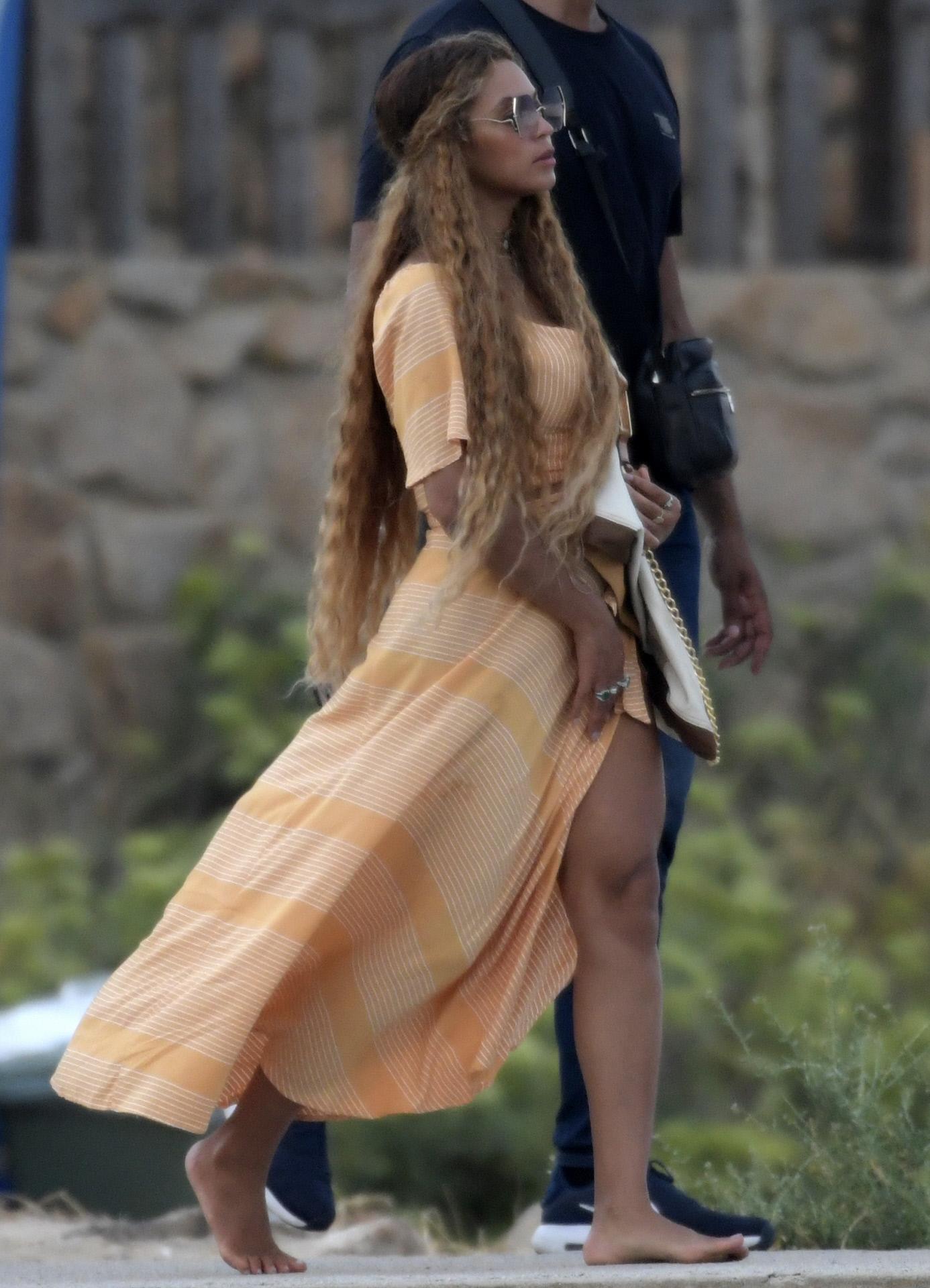 Los vestidos largos y fluidos son esenciales en el armario de verano de Beyoncé