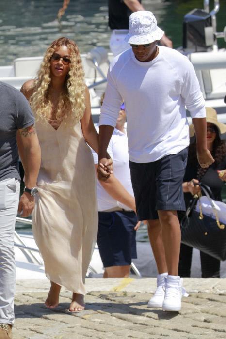 El vestido túnica es uno de los esenciales de Beyoncé en verano