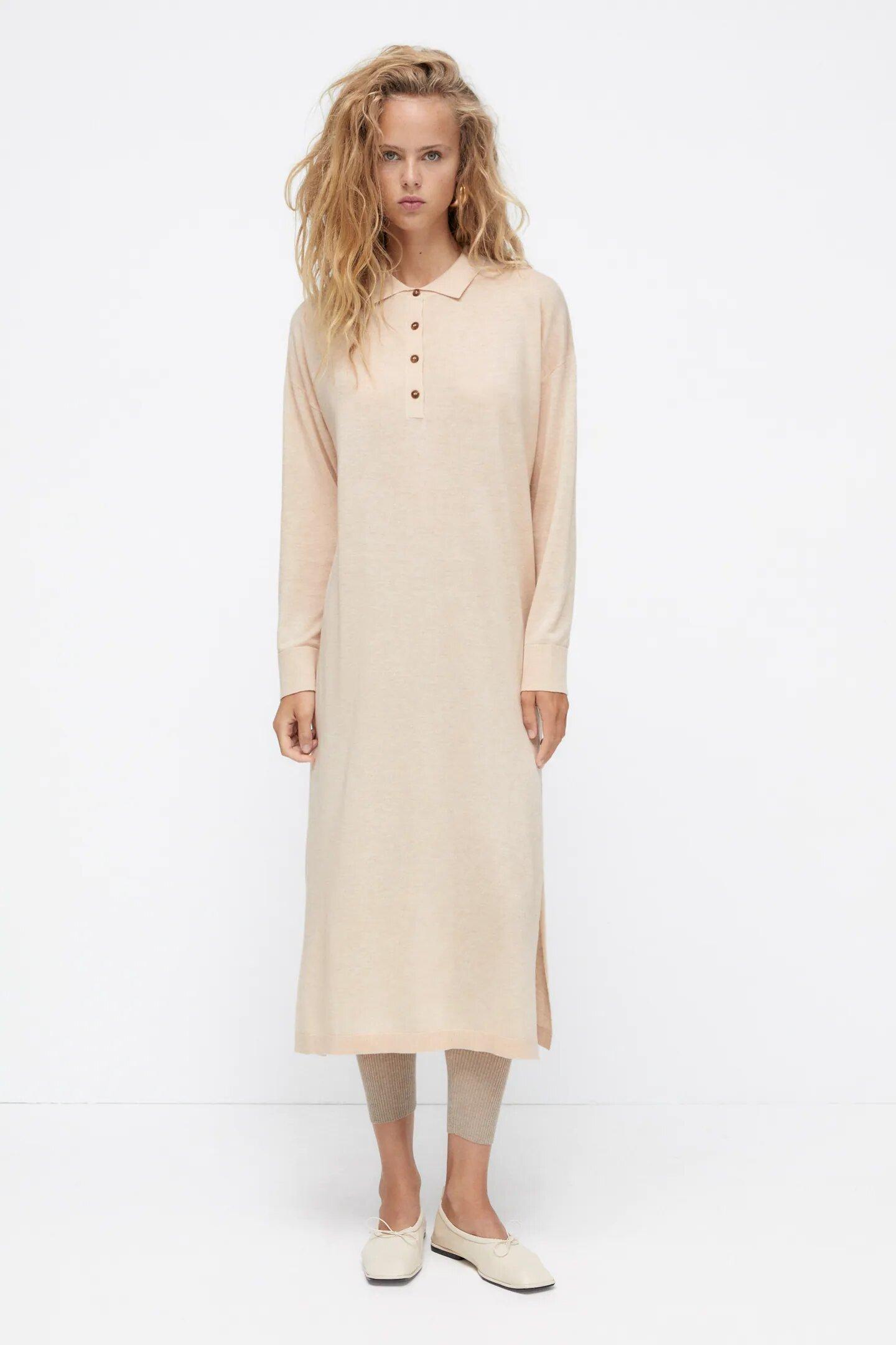 Vestido con cuello polo, de Zara.