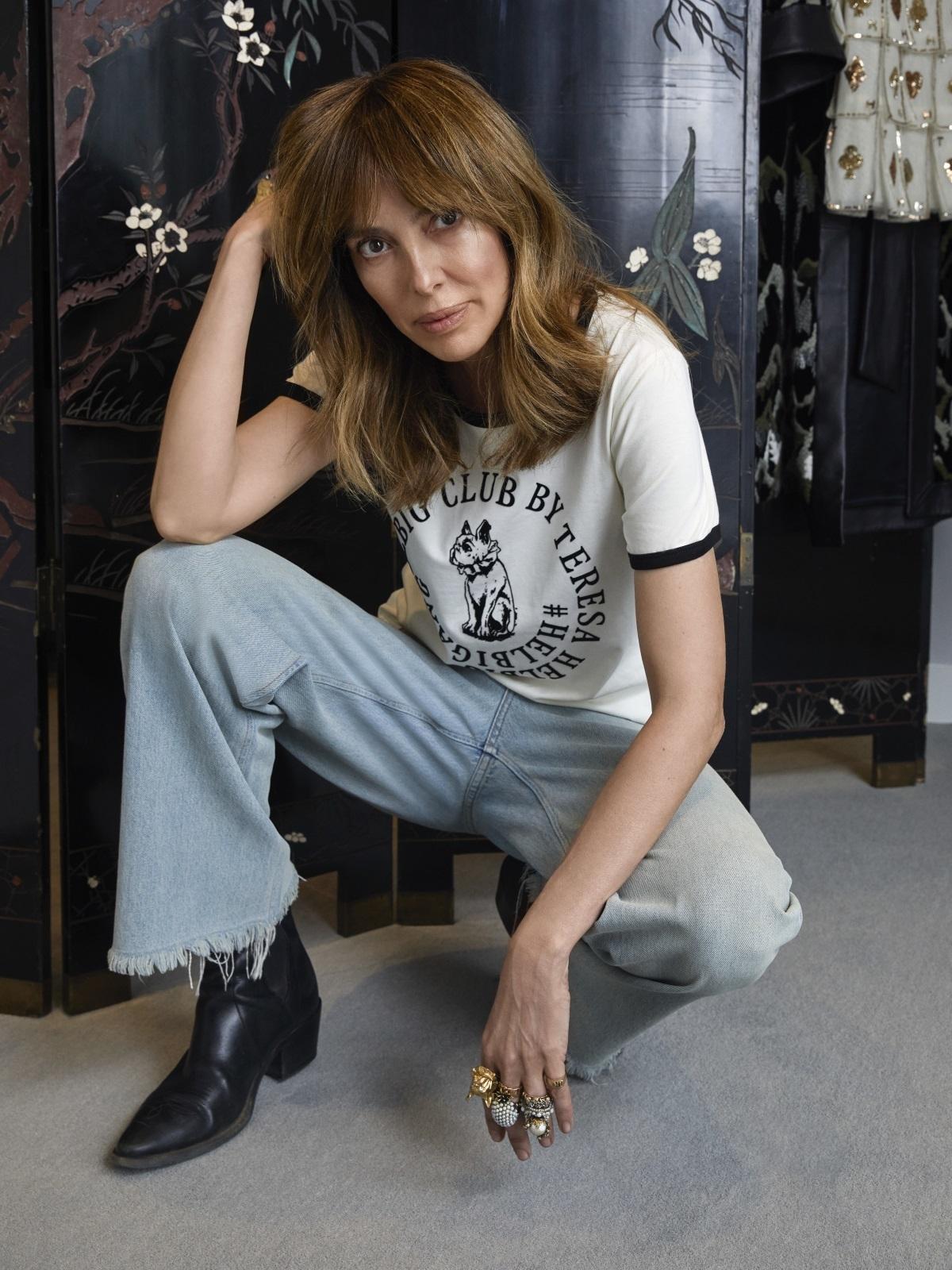La diseñadora posa con la Helbig Club T-shirt que rinde tributo a su grupo de mujeres inspiradoras.