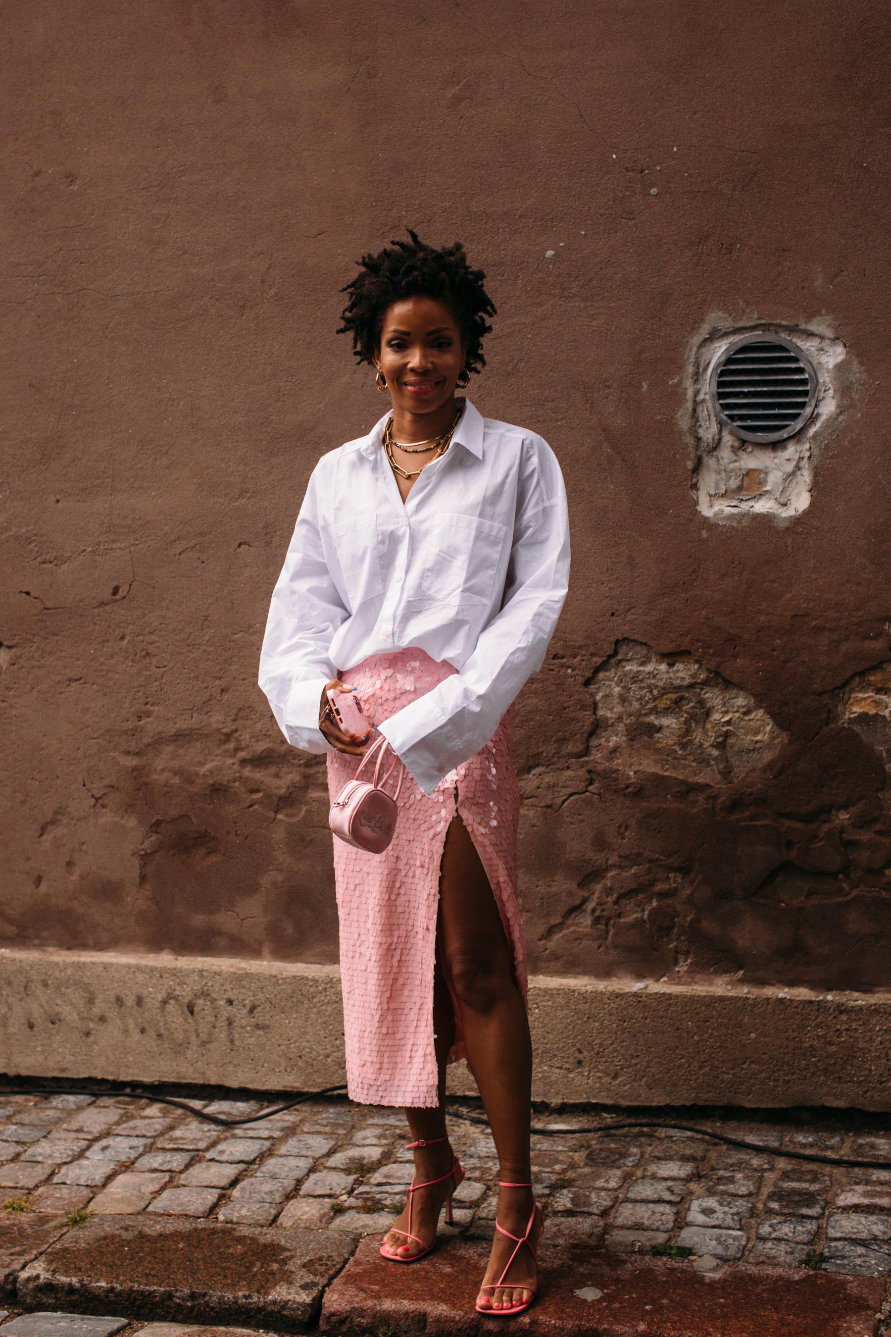 Camisa blanca y falda de lentejuelas.
