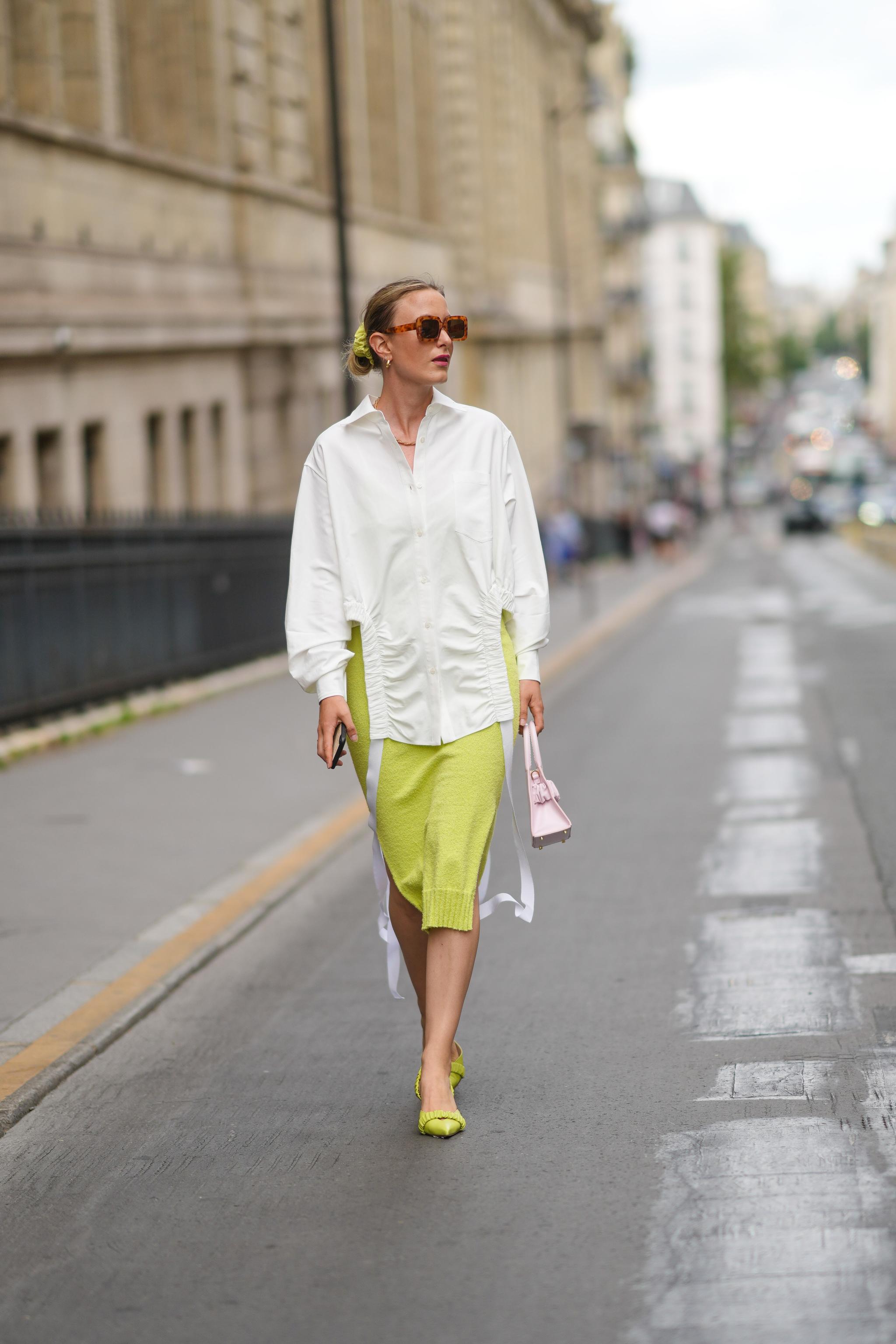 Camisa blanca y falda de punto.