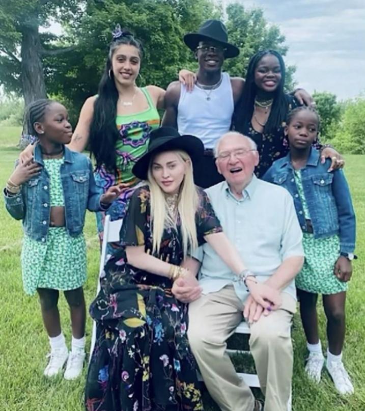 Madonna con su padre y sus hijos