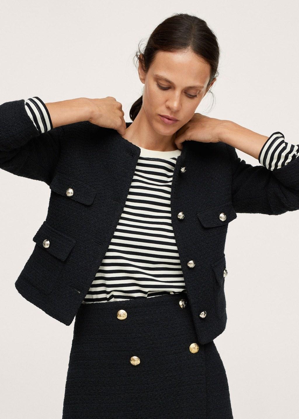 Chaqueta de tweed y camiseta de rayas, dos básicos del chic francés que se han convertido en universales