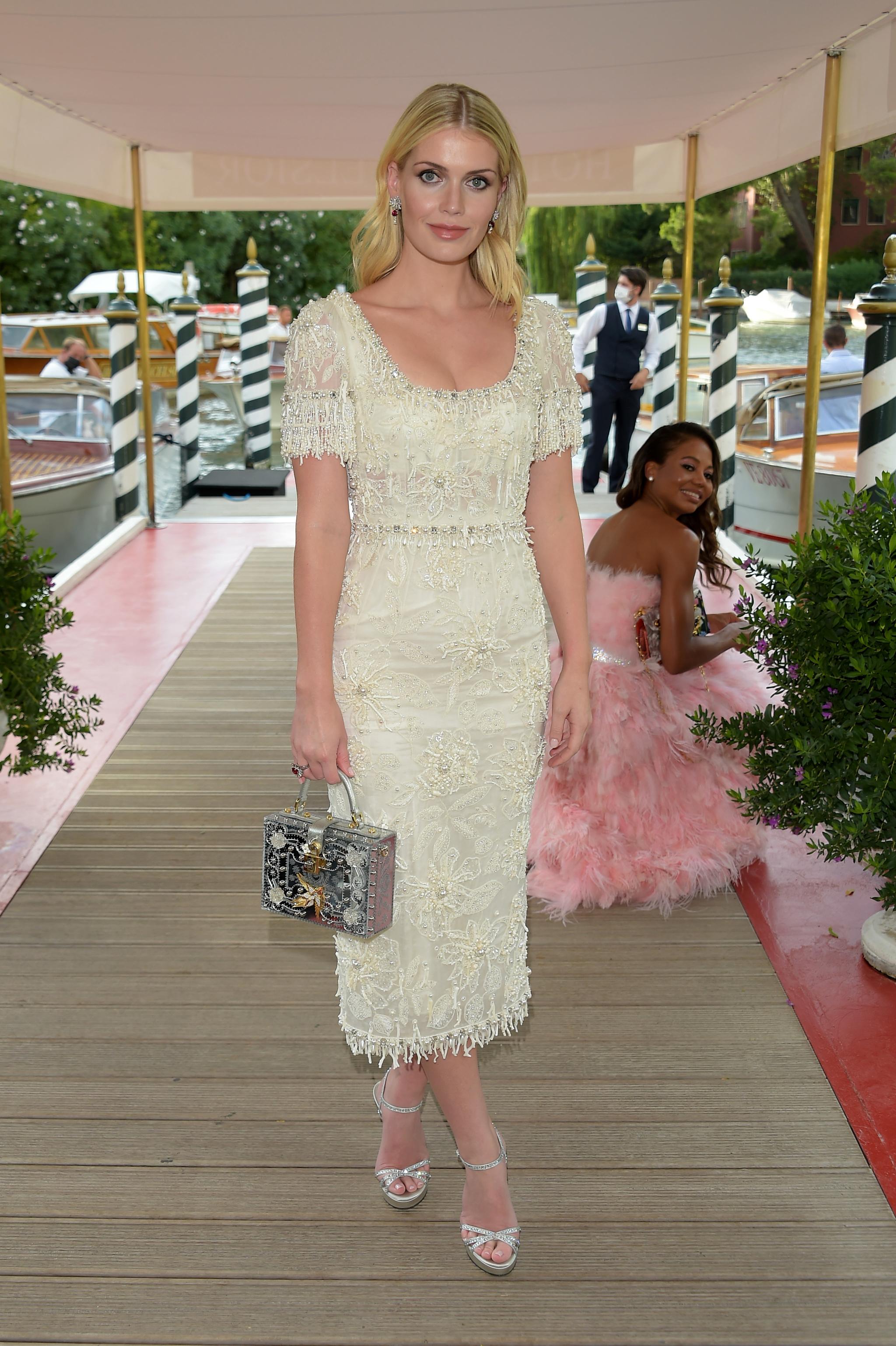 Lady Kitty Spencer acudiendo al desfile de Costura de Dolce & Gabbana en Venecia.