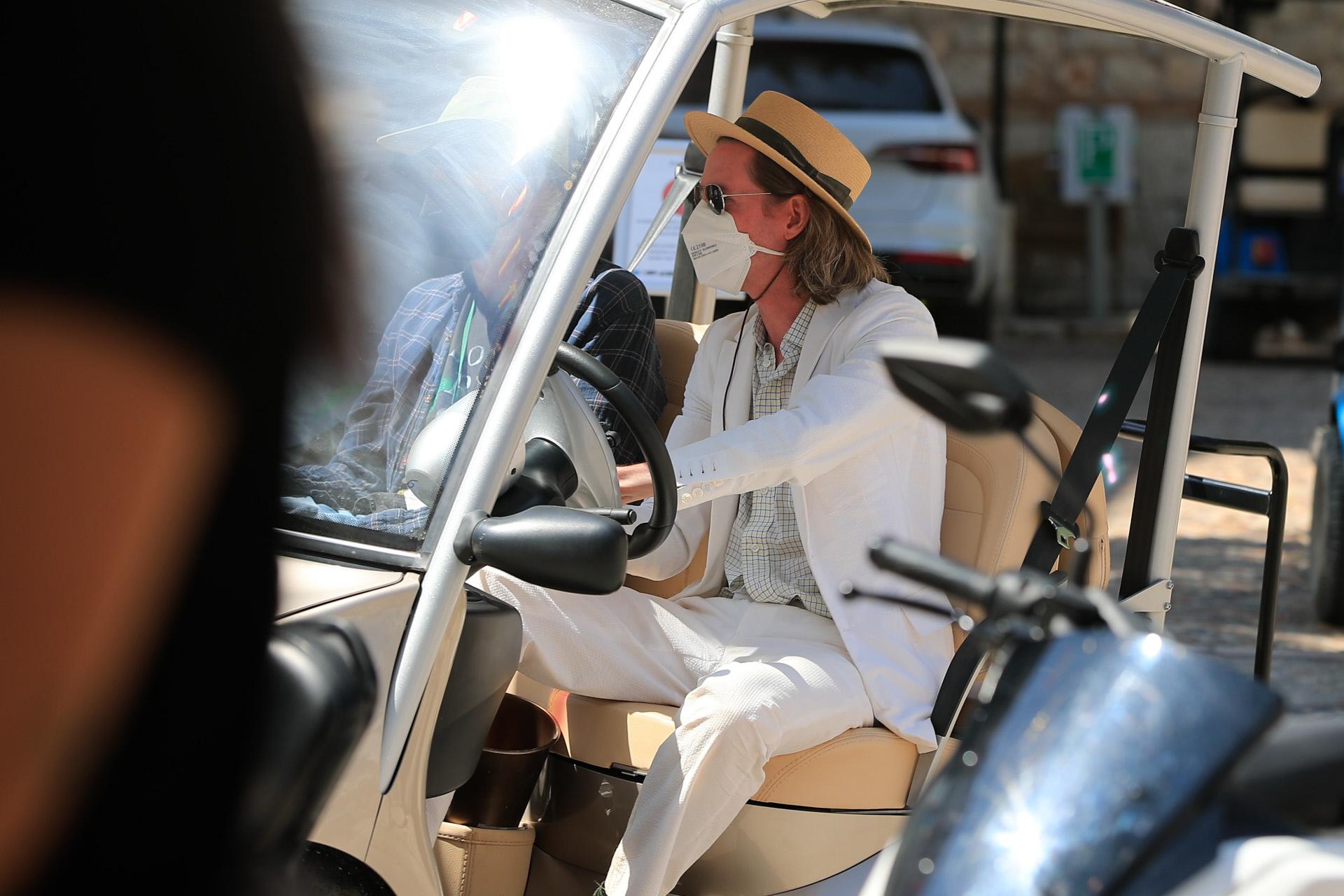 Wes Anderson recorre en buggy las calles de Chinchón.