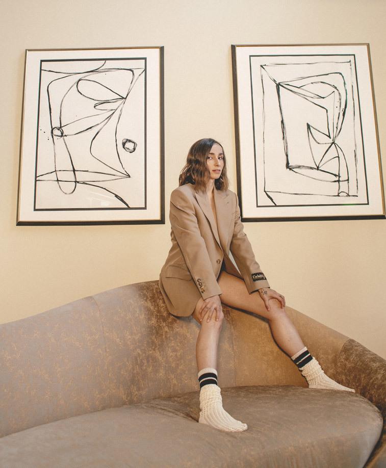 Zahara lleva blazer beige y calcetines deportivos, de Gucci.