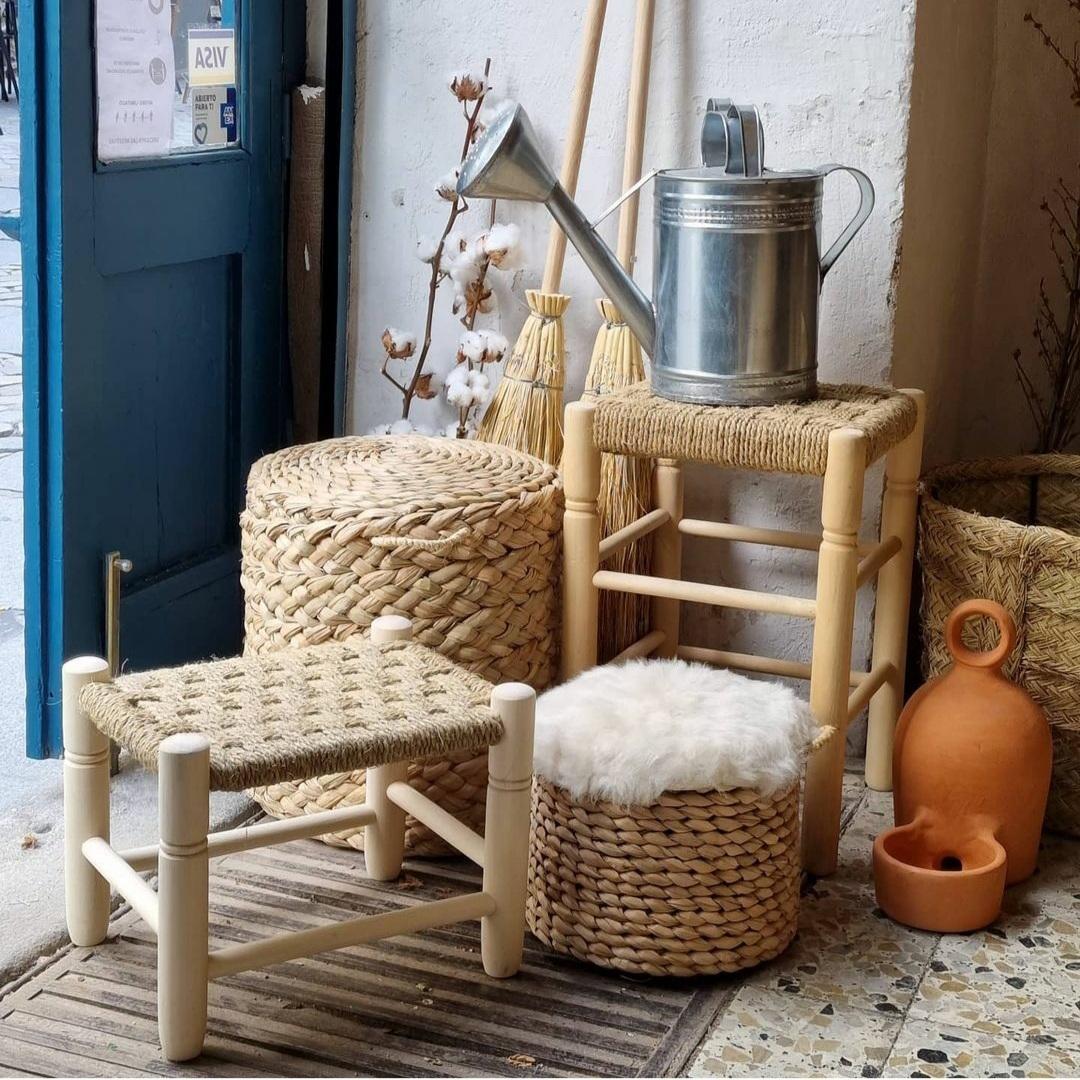 Una silla, un taburete, una caja... cualquier asiento vale para improvisar una charla. Éstos son de Cocol Madrid y viene de sus últimos viajes por tierras manchegas.
